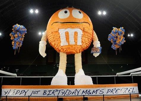35_M_M_s_Giant Inflatable Pinata